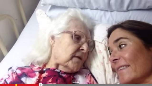 The touching moment a mother with Alzheimer's recognizes her daughter